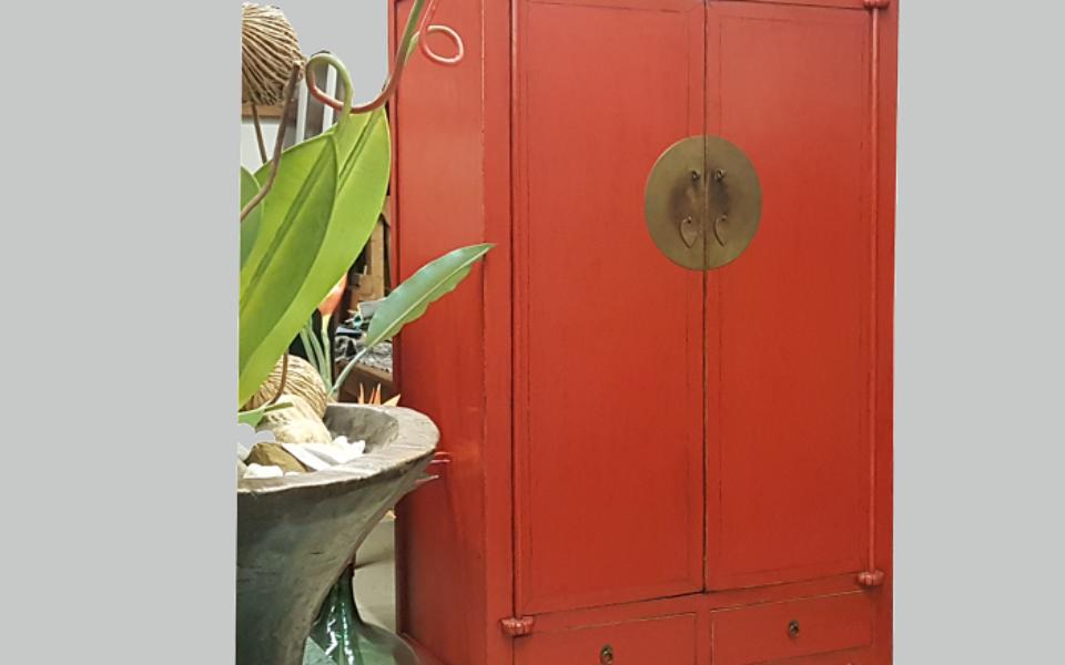 Freigestell.roter Hochzeitschrank